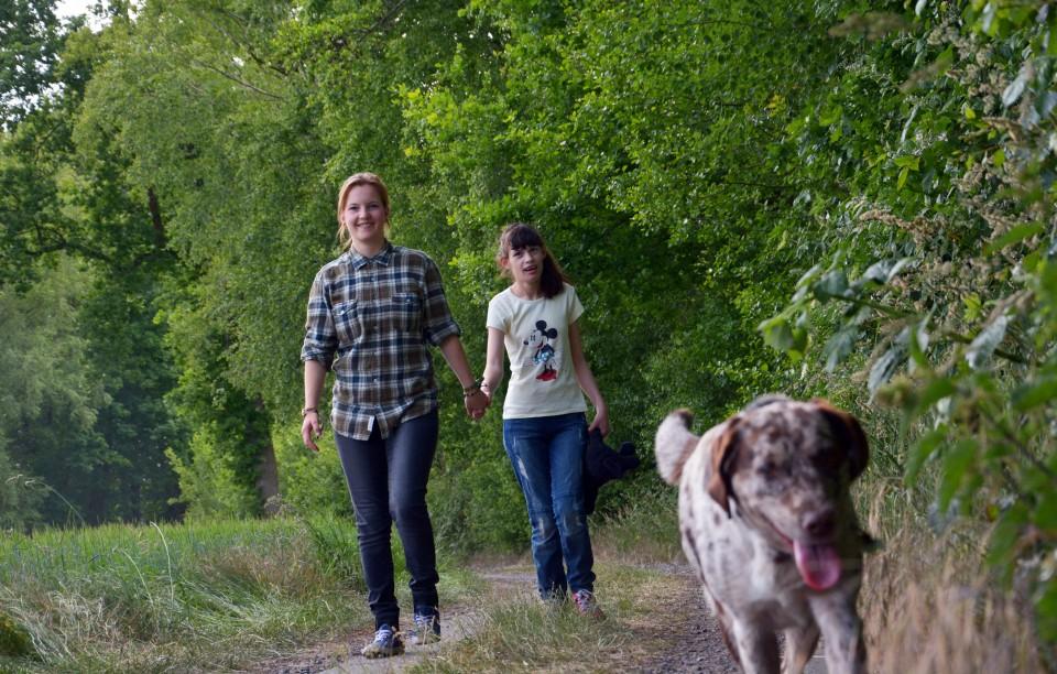 Maike und Azemina beim Spaziergang