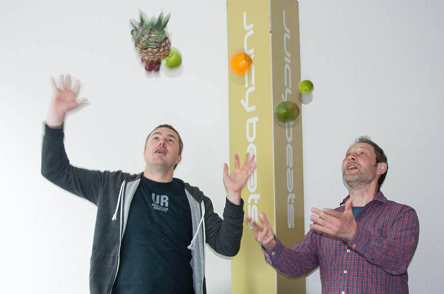 Martin Juhls und Carsten Heinrich entdecken ihr Jongliertalent! Foto: Johanna Mack