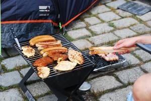 Fleisch, Fleisch, Fleisch: Die Juicy-Beats-Camper grillen für ihr Leben gern. Steaks und Würstchen brutzeln fröhlich vor sich hin – und die Festivalgänger lassen sich nicht lumpen: Ein feines Speckmäntelchen wertet die einfache Bratwurst auf. Foto: Megan Bogatzki