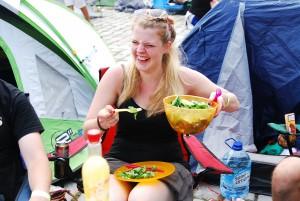 Festivalgänger leben ungesund? Iwo: Ein feiner Salat rundet die vollwertige Campersmahlzeit auf. Foto: Megan Bogatzki
