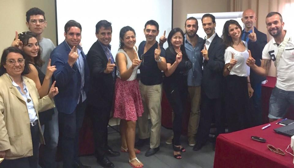 Die ganze Gruppe mit erhobenem Zeigefinger. Foto: Leonie Gürtler
