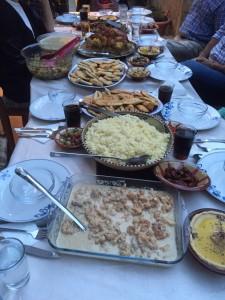 Der Tisch ist voll mit Speisen, auf die man tagsüber Hunger hatte. Foto: Riem Karsoua