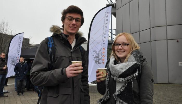 """""""Wir trinken Glühwein ja nicht, um betrunken zu werden, sondern wegen der Wärme."""" – Michael und Laura, Studierende des Wirtschaftsingeneurwesens"""