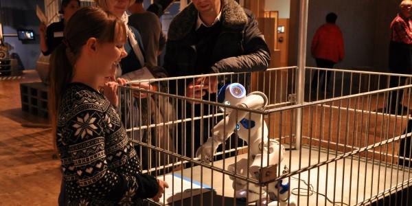 """Dance for me, NAO!"" Der kluge kleine Roboter erfreut sich großer Beliebtheit. Foto: Kira Schacht."