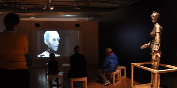 """Roboter der Filmgeschichte: In der Ausstellung laufen Aussschnitte aus Filmen wie """"Metropolis"""" oder hier """"I, Robot"""". Foto: Kira Schacht."""