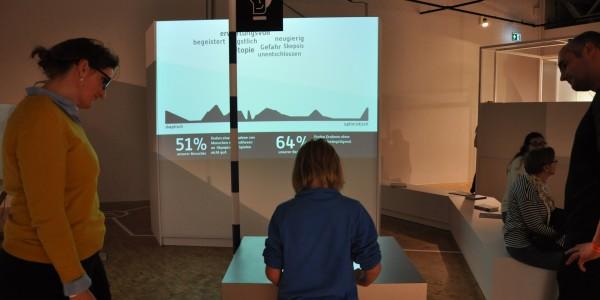 Würdet ihr von einem Roboter gepflegt werden wollen? Die Besucher der Ausstellung stimmen ab, wie sie sich die Zukunft der Maschinen vorstellen. Foto: Kira Schacht.
