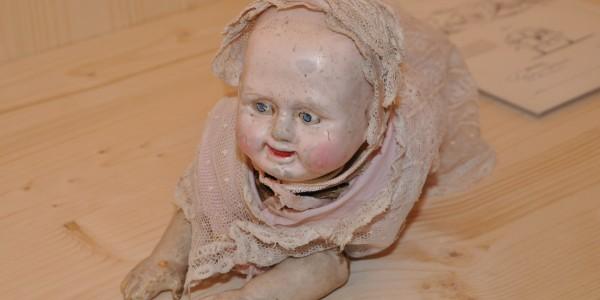 """Die """"Creeping Baby Doll"""" verkaufte sich 1870 nicht so gut wie gedacht. Der Grund: Auf Kinder wirkt sie abschreckend. Können wir verstehen. Foto: Kira Schacht."""