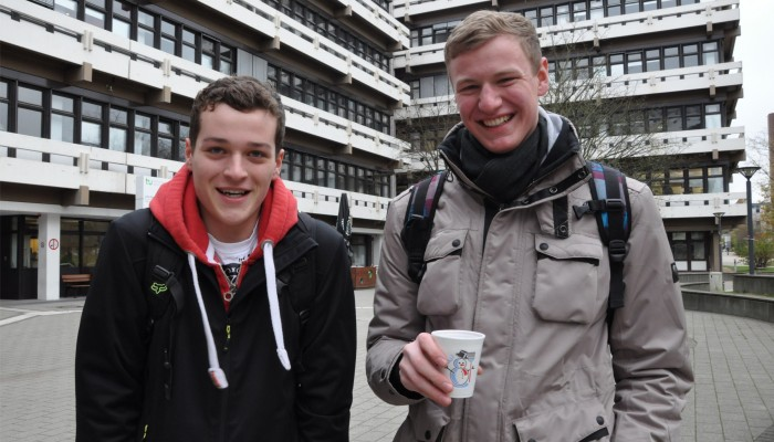 """""""Glühwein wärmt von innen. Und nüchtern betrachtet wäre die Uni betrunken besser!"""" – Falk und Philipp, Maschinenbaustudenten"""
