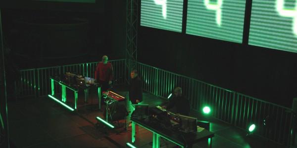 """Passend: Zur Ausstellungseröffnung spielte Karl Bartos von der legendären Elektro-Band """"Kraftwerk"""" in der DASA. Foto: Eckart Maronde."""