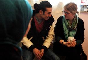 Esmail und Alena Mörtl von Projekt Ankommen bei einem Beratungstermin. Esmail übersetzt, was die Frau aus Syrien gesagt hat.