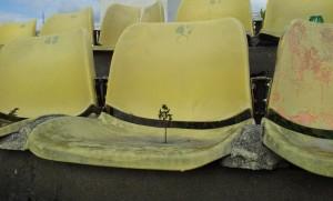 Ein Foto aus dem Zalgirio Stadion in Vilnius. Auf der Trib¸ne stand Sperrm¸ll herum, Fans kamen mit Paletten voll Dosenbier zum Spiel. Keine Kontrolle und kein Eintritt. Zweite litauische Liga.