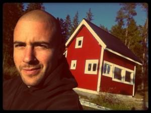 Martin vor dem von ihm mit seinem Freund Mario erbauten Holzhaus.