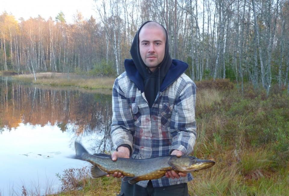 Martin mit einem selbstgeangelten Hecht in Schweden