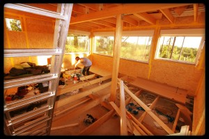 Martin beim Bau der Inneneinrichtung seines Hauses