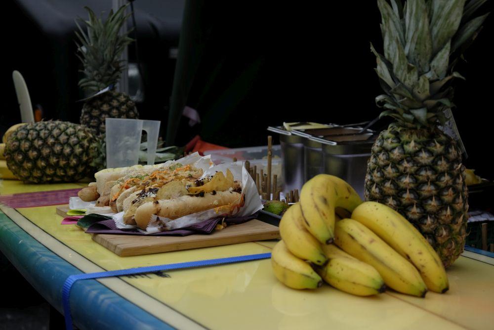 Eine kulinarische Weltreise: Ananas aus Honolulu auf dem Dortmunder Streetfoodfestival. Foto: Johanna MAck
