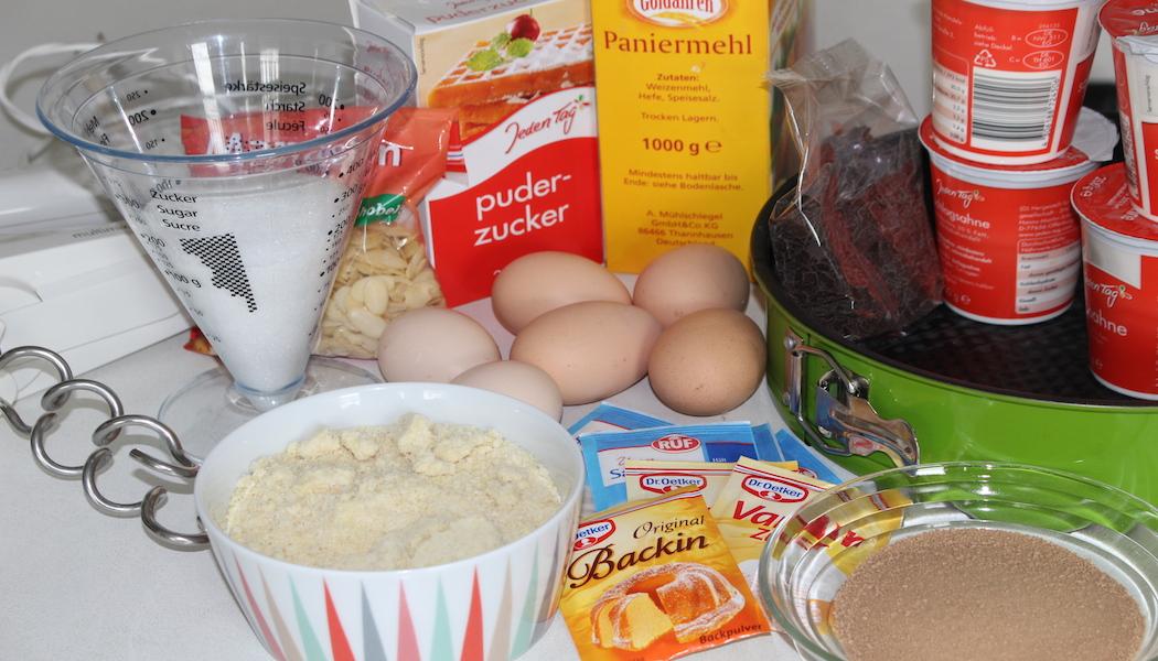 Eier, Eiskaffeepulver, gemahlene Mandeln, jede Menge Schlagsahne und vieles mehr – all das braucht es für meine Torte.