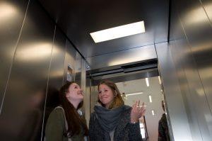 """Pia (l.) und Sophia können mit der Fahrstuhlmusik nichts anfangen. """"Das nervt irgendwie."""""""