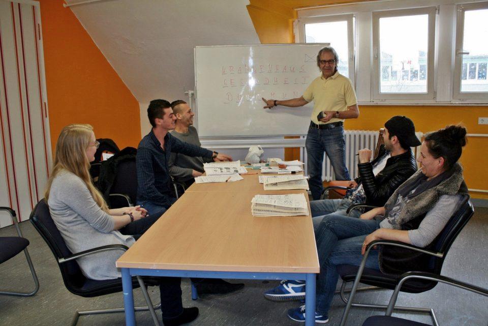 Deutschunterricht in der Flüchtlingsunterkunft am Ostpark. Foto: Christina Joswig