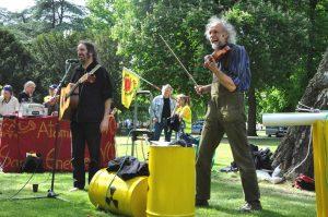 3. Klaus und sein Musikerfreund Salossi auf einer Kundgebung