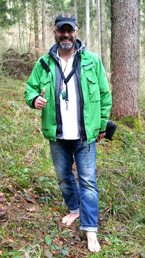 Im Wald barfuß zu laufen ist für Burkhard Reinberg angenehmer, als in der Stadt.