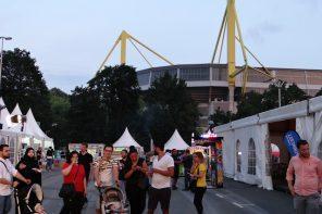 """Zwischen den Westfalenhallen und dem Westfalenstadion stehen vom 3. Juni bis zum 3. Juli 180 Zeltstände. Muslime feiern dort das """"Festi Ramazan""""."""