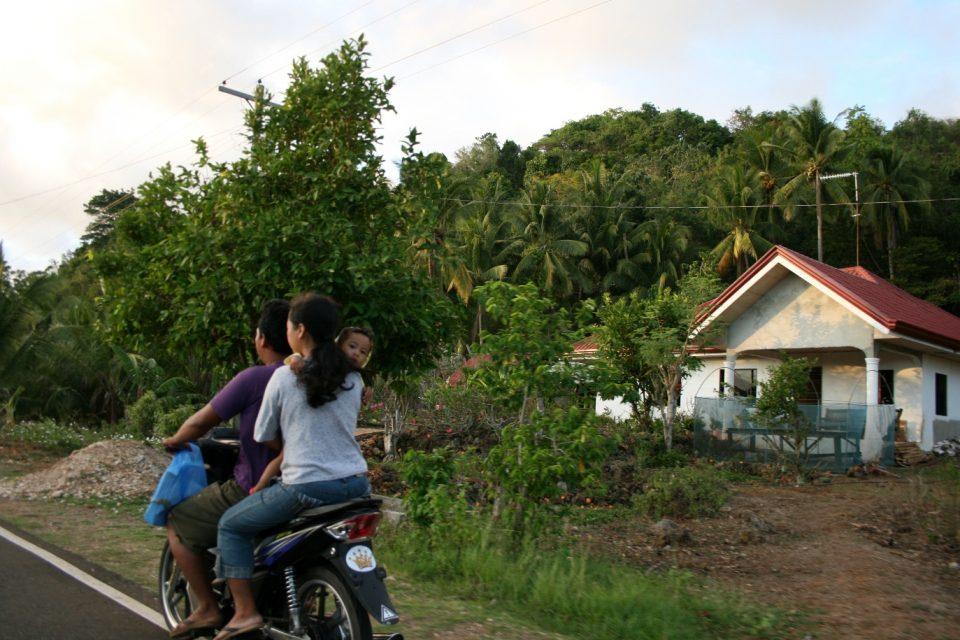 Familie mit Kleinkind auf Roller