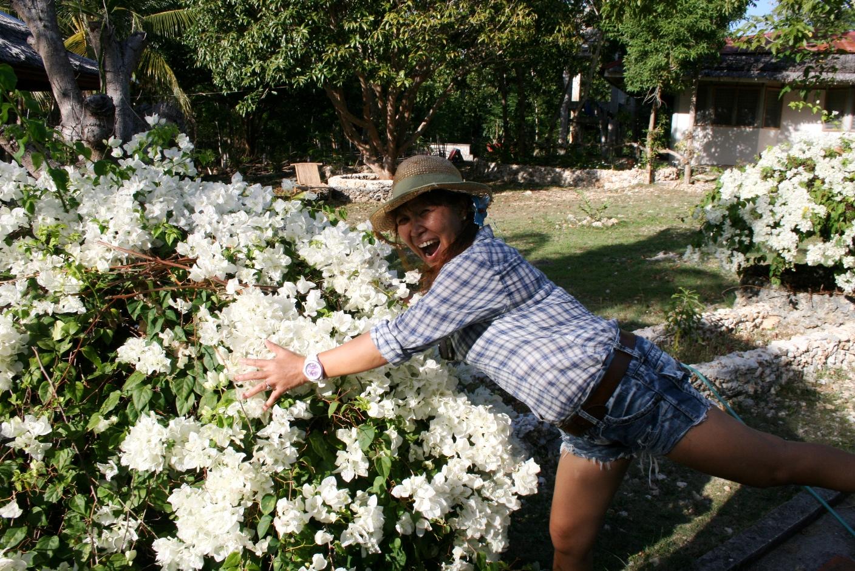 Chell Gadinger scheint jeden einzelnen Fleck ihrer Unterkunft zu lieben - selbst die Blumenbüsche.