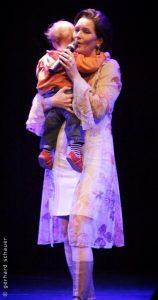 Maya Hakvoort auf der Bühne mit ihrem Sohn Foto: Gerhard Schauer/Facebook