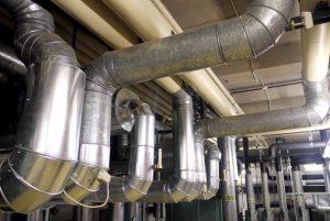 Die Rohre führen von der Zentrale direkt in die Räume im Chemiegebäude.