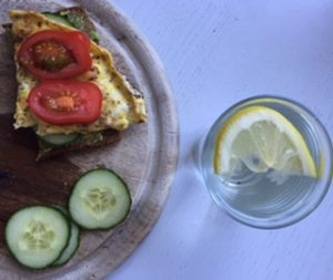 Frühstück mit Brot, Avocado und Omelett.