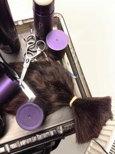 Schnipp, schnapp - aus Haarspenden werden Echthaarperücken angefertigt.