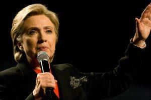 Hillary Clinton bei einer Rede mit Mikrofon in der Hand