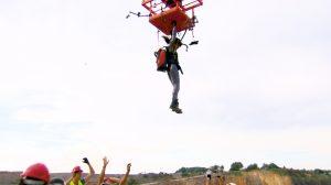 Ein handelsüblicher Staubsauger auf dem Rücken von Nina Moghaddam. Der Saugdruck des Staubsaugers hält das Versuchskaninchen unter einer Platte, das unter einem Hubschrauber befestigt ist.