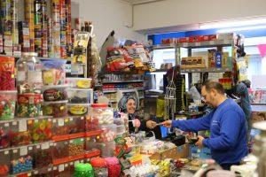 Asiye Eroglu bedient einen Kunden im Kiosk Adler 59.