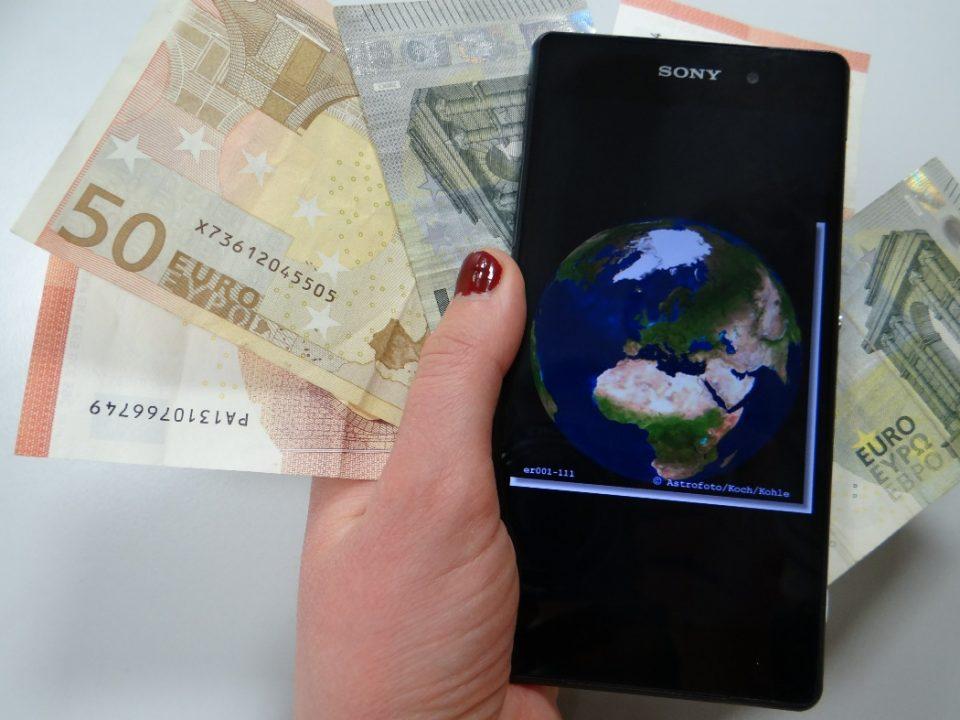 Smartphone mit Geldscheinen