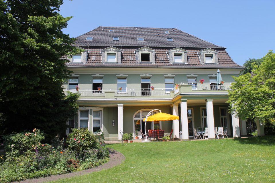 Das Hospiz in Bochum liegt in einer herrschaftlichen Villa und hat ein gutes Dutzend Zimmer.