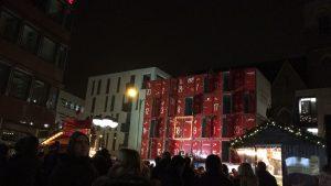 Viele Dortmunder schauen sich die Öffnung des Adventskalenders an: Sie freuen sich über die Unterstützung der sozialen Projekte. (Foto: Malin Miechowksi)
