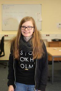 Studentin Malin Miechowski (22) findet den vermeintlich weltgrößten Adventskalender spektakulär. (Foto: Benjamin Schröder)