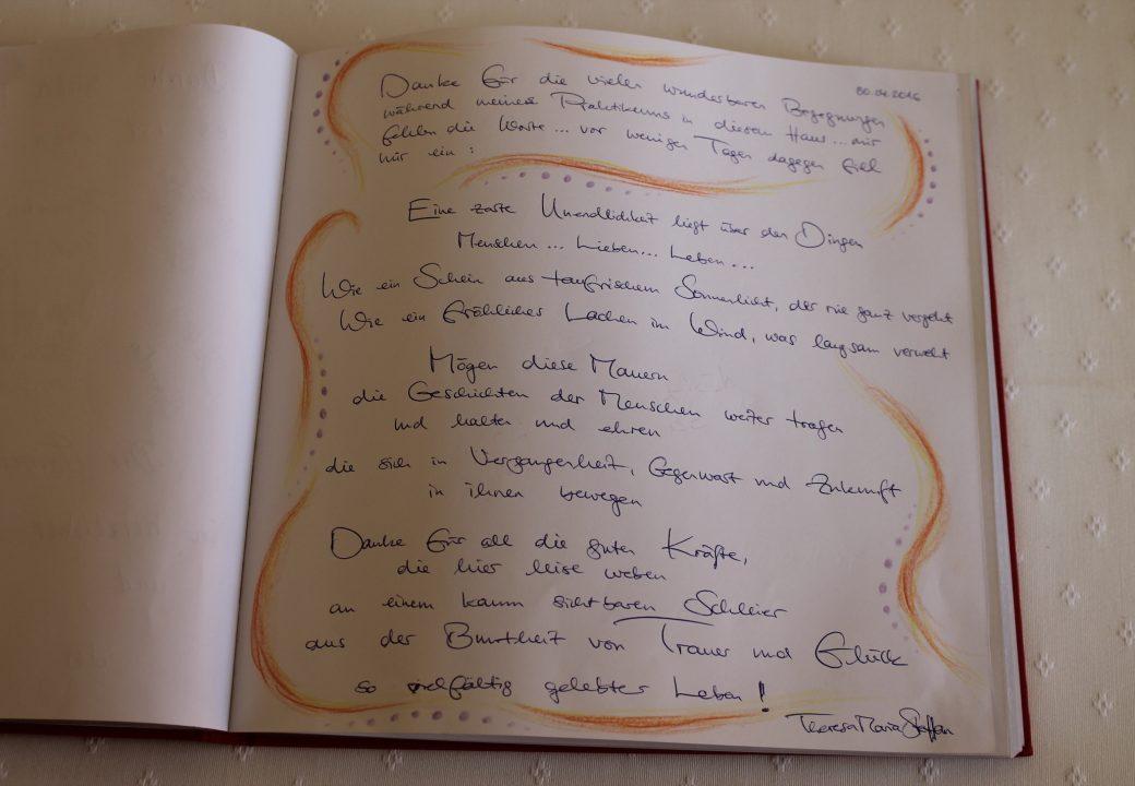 In einem Gästebuch tragen sich Verwandte und Freunde von Bewohnern ein, um eine Erinnerung zu hinterlassen oder dem Team zu danken. Foto: Thorben Lippert.