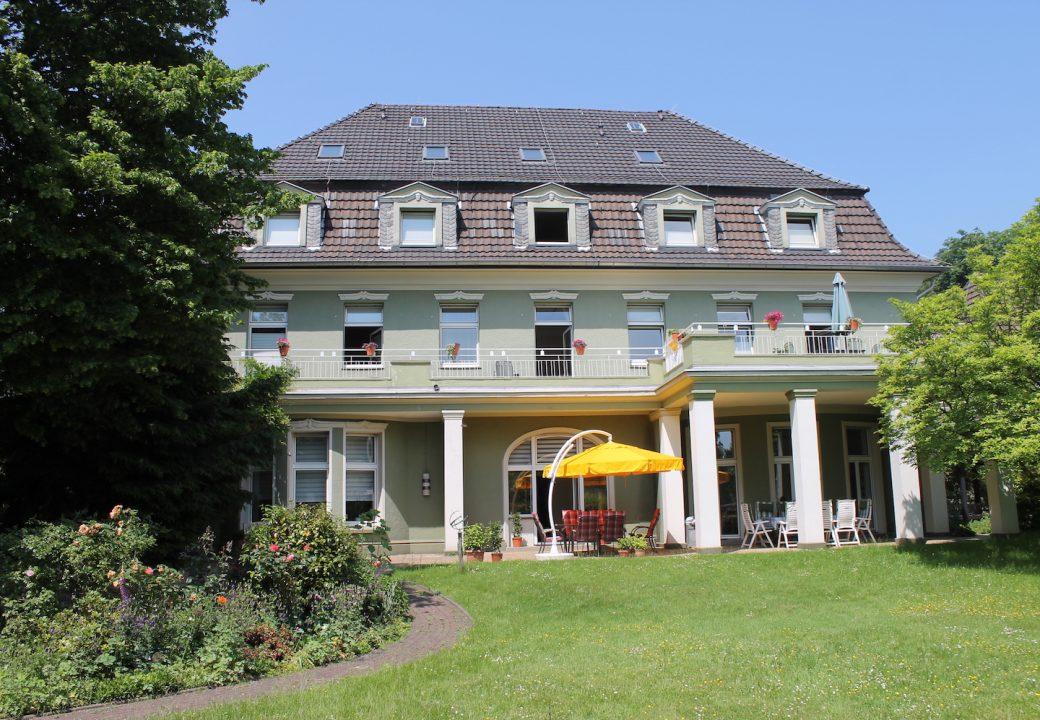 Keine zwanzig Betten bietet die große Villa für Bewohner. So erhält jeder Bewohner genug Aufmerksamkeit. Foto: Thorben Lippert.