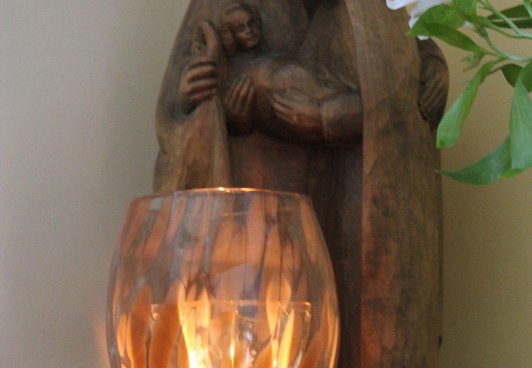 Ein Bewohner des Hospizes ist in der Nacht gestorben – als Erinnerung brennt die Kerze im Treppenhaus. Foto: Thorben Lippert.