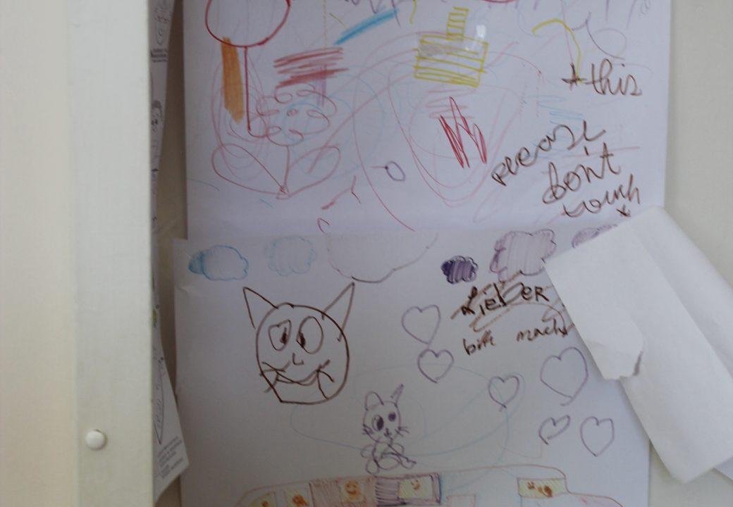 Zeichnungen von Kindern, die Verwandte im Hospiz besucht haben, hängen an den Wänden. Foto: Thorben Lippert.