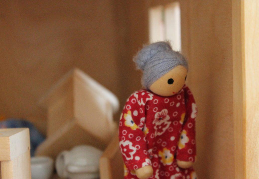 In dem Puppenhaus des Hospizes hat auch eine alte Dame ihren Wohnsitz. Foto: Thorben Lippert.