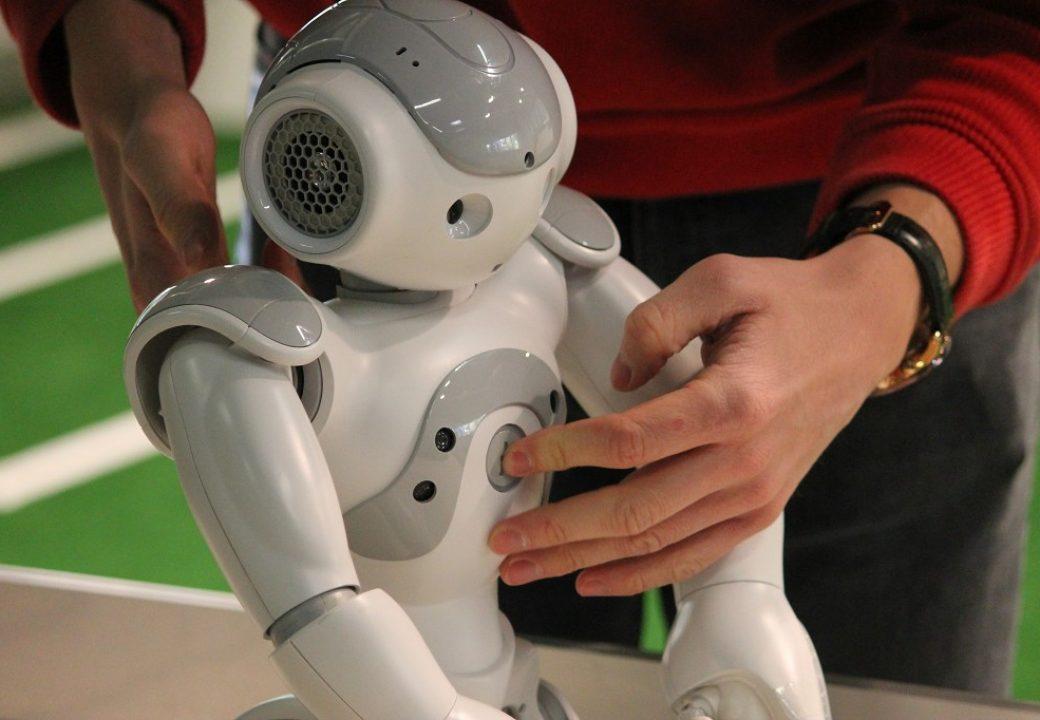 Per Knopfdruck erwacht der Roboter zum Leben.