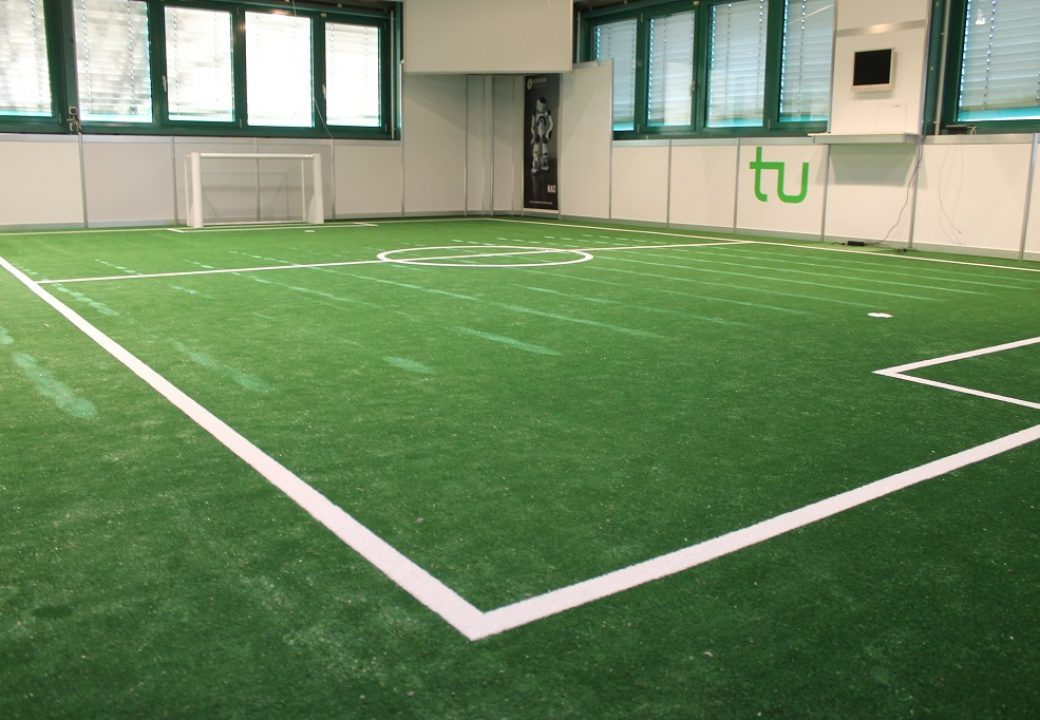 Das Spielfeld der kickenden Roboter misst sechs mal neun Meter.