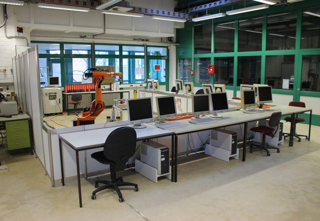 Die Laborhallen am IFR: Nicht nur fußballspielende Roboter werden programmiert.