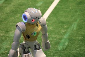 """Antman, der kleine fußballspielende Roboter, bereitet sich auf den nächsten internationalen Wettkampf """"RoboCup"""" vor."""