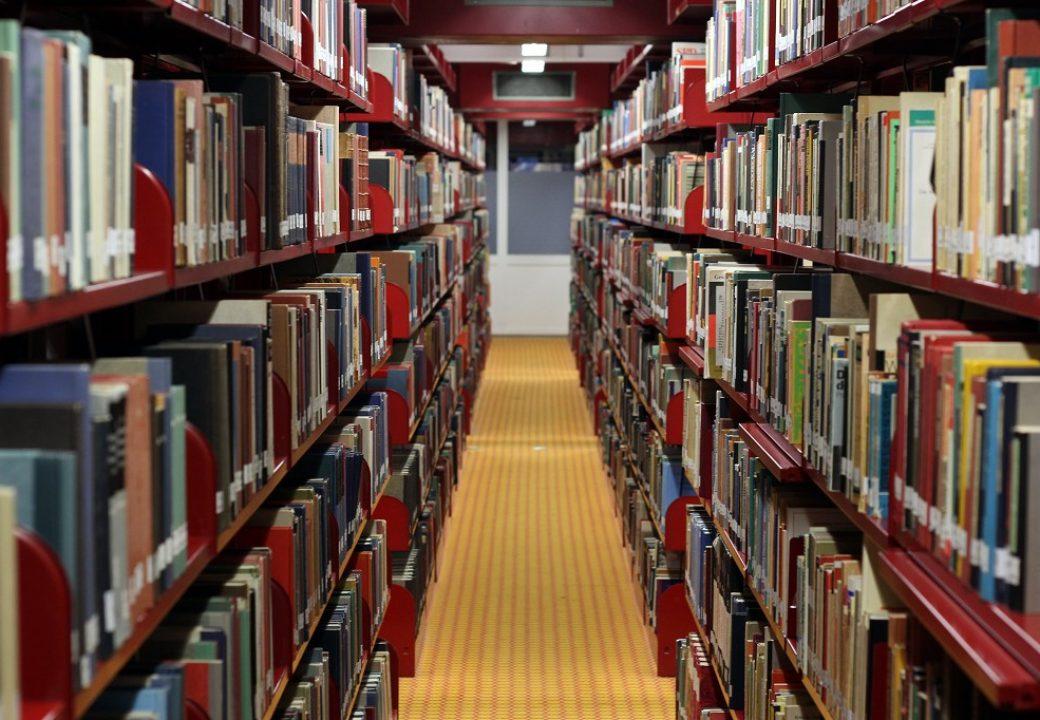 Später wird es in ein Regal im richtigen Bereich der Bibliothek eingeordnet.