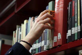 ... und aus dem Regal nehmen, um in der Bibliothek zu lesen.