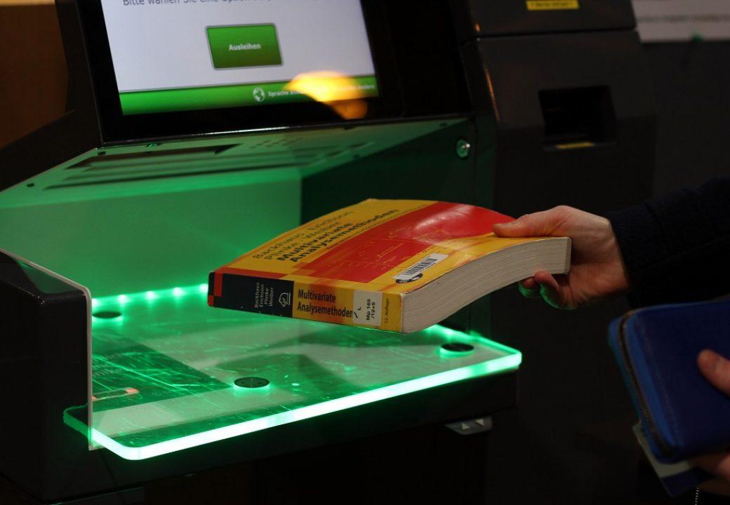 Bei der Selbstausleihe muss der Strichcode des Buches gescannt und das Buch gegen Diebstahl entsperrt werden.